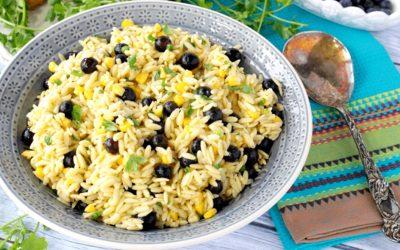 Καλοκαιρινή σαλάτα με μύρτιλα καλαμπόκι ρύζι και αμύγδαλα